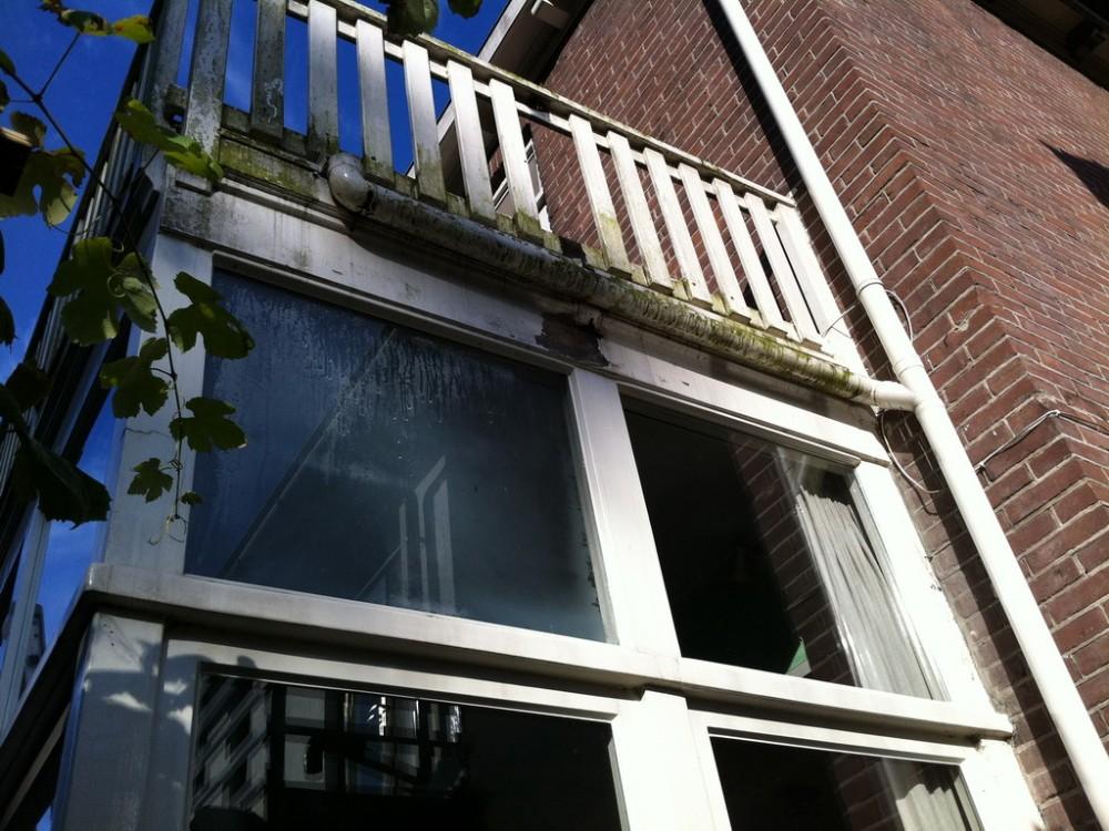 Zowel kozijn als balkonhek waren aan een grondige opknapbeurt toe.
